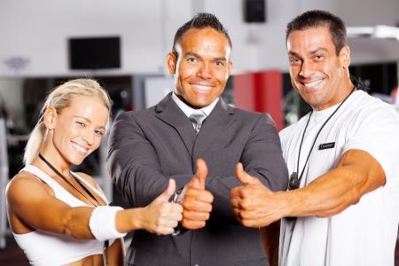 supervisores: personal del gimnasio seguro de los pulgares para arriba Foto de archivo