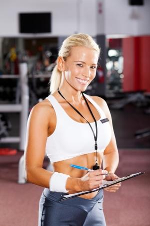 gelukkig vrouwelijke sportschool instructeur portret