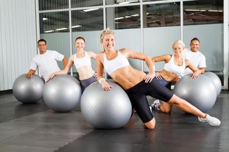 uomo palestra: gruppo di persone che fanno allenamento con palla ginnastica in una palestra Archivio Fotografico