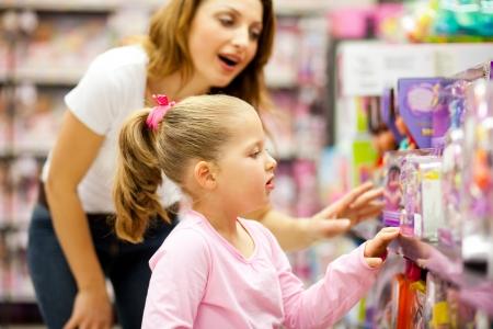 juguetes: madre e hija de compras para los juguetes