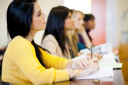 adultos: grupo de j�venes universitarios de clase