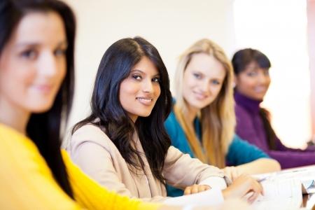 estudiantes universitarios: grupo de j�venes estudiantes universitarias en el aula