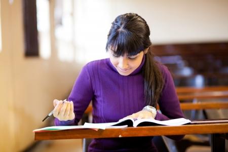 joven mujer estudiante de secundaria que estudian en el aula Foto de archivo - 14669225