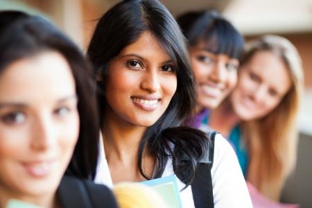 multicultureel: groep vrouwelijke college meisjes close-up portret Stockfoto