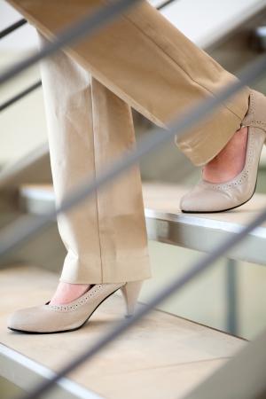 pantalones abajo: empresaria caminando por las escaleras