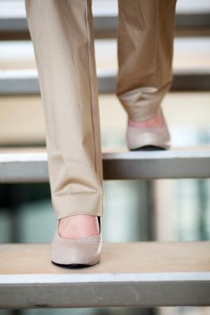 pantalones abajo: mujer caminando por las escaleras