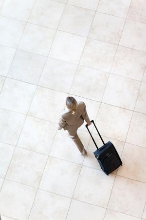 bovenaanzicht van de jonge zakenvrouw lopen op de luchthaven Stockfoto