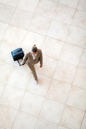 bovenaanzicht van de jonge vrouw lopen op de luchthaven