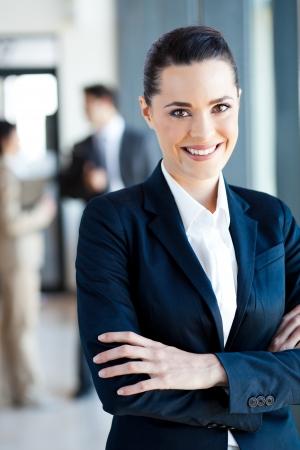 businesswoman suit: bello retrato de la empresaria joven en la oficina