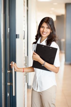 abriendo puerta: apertura joven empresaria oficina de al Foto de archivo
