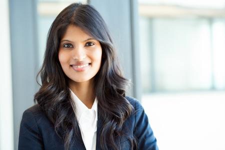 retrato: bello retrato de joven mujer de negocios indio en el cargo Foto de archivo