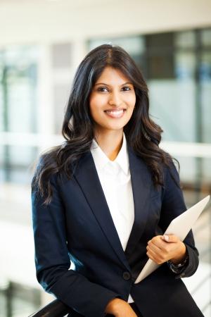 fille indienne: affaires assez asiatique avec ordinateur tablette