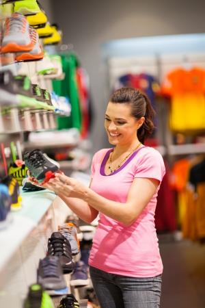 tienda de zapatos: felices compras mujer joven para calzado deportivo