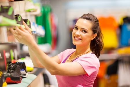 magasin: heureux jeune femme achats pour les chaussures de sport