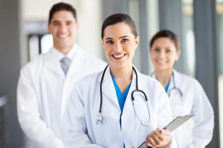 病院の医療従事者の肖像画のグループ