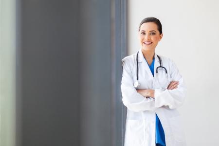 personal medico: atractivo joven retrato femenino m�dico en el consultorio Foto de archivo