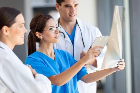 personal medico: grupo de trabajadores de la salud trabajan juntos en el hospital Foto de archivo