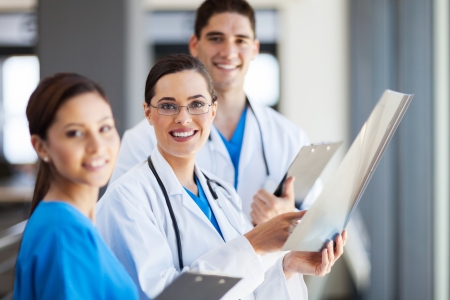 uniformes de oficina: grupo de trabajadores de la salud trabajan juntos