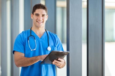 pielęgniarki: szczęśliwy mężczyzna pracownik służby zdrowia z komputera typu tablet