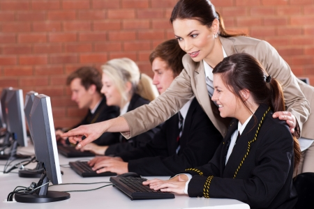 maestra ense�ando: escuela secundaria la ense�anza docente en aula de inform�tica
