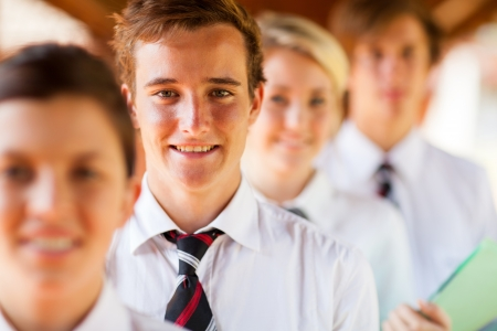 uniforme escolar: estudiantes de la escuela secundaria retrato de grupo