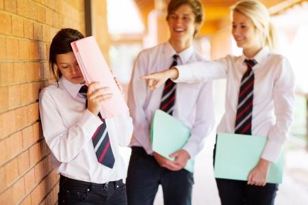 uniforme escolar: chica de secundaria siendo intimidado por sus compañeros de clase