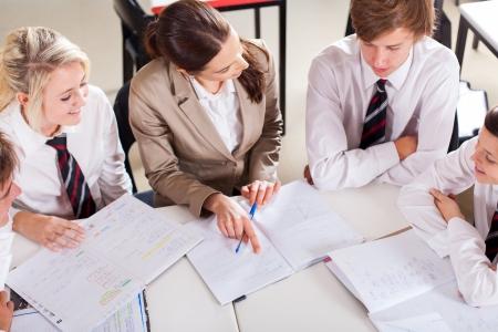 uniforme escolar: profesor de tutoría grupo de estudiantes en el aula