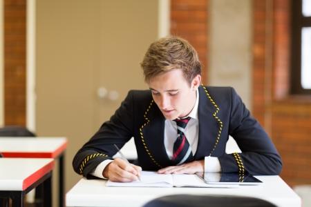 uniform school: chico de secundaria que estudia en sala de clase