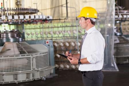 maschinen: Textil prodcution Manager Arbeiten im Inneren des Werk Lizenzfreie Bilder