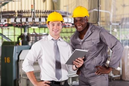 industria textil: gerente de la f�brica moderna y trabajadora con Tablet PC
