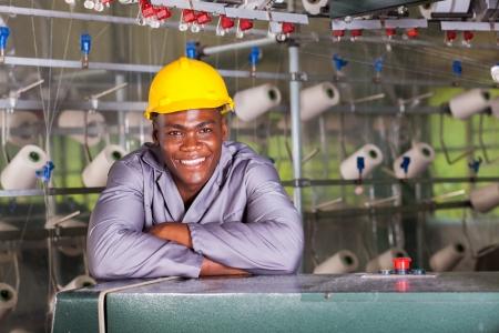 fabrikarbeiter: Smiling African American Textilfabrik worker portrait