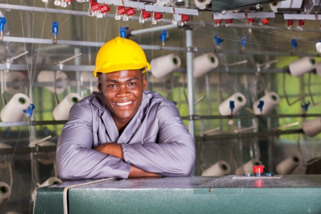 industria textil: sonriente africano americano f�brica textil retrato trabajador Foto de archivo