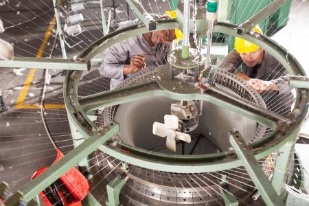mecanica industrial: dos técnicos de reparación de la fábrica textil telar