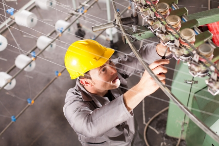 industrial mechanics: t�cnico de la compa��a textil de reparaci�n de m�quinas de tejer