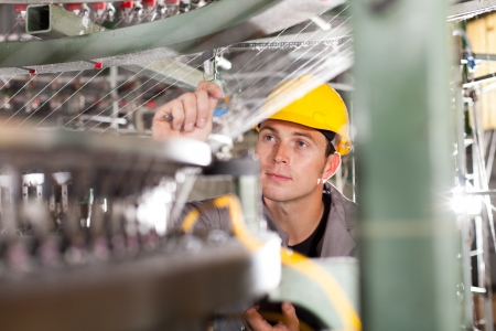 control de calidad: controlador de calidad de la fábrica textil de cheques hilo Foto de archivo