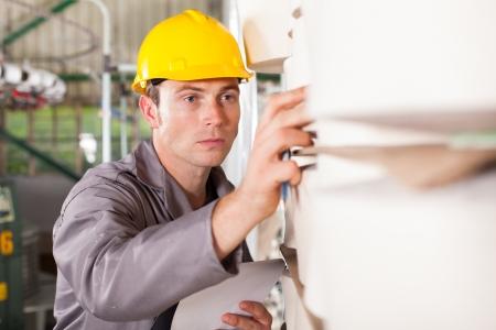 materia prima: tessile lavoratore industriale controllo delle materie prime