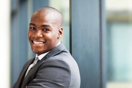 afroamericanas: joven macho africano americano due�o de negocio closeup retrato