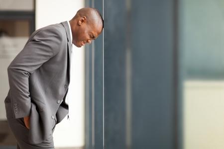 personas tristes: destacado empresario afroamericano explosi�n hi cabeza contra la pared Foto de archivo