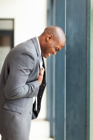 insuficiencia cardiaca: joven hombre de negocios americano africano depresi�n