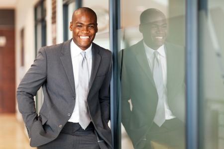 reflect: 사무실에서 행복 아프리카 계 미국인 비즈니스 임원 초상화