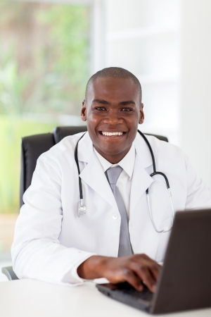 medico computer: bel giovane medico africano americano in carica Archivio Fotografico