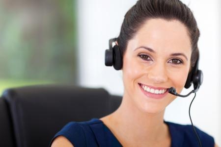 linda joven llamada centro de negocios operador con auriculares Foto de archivo