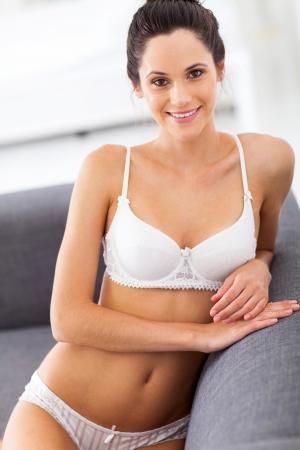 femme sous vetements: sexy jeune femme de détente sur le canapé à la maison Banque d'images