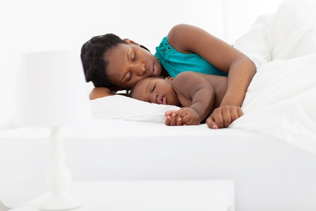 enfant qui dort: african american dormir m�re avec le b�b�