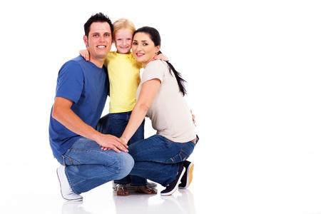en cuclillas: joven familia feliz aisladas en blanco