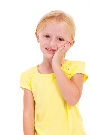 dolor de muelas: niña linda que tiene dolor de muelas