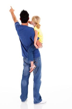 vista posterior del joven padre y su hija que señala