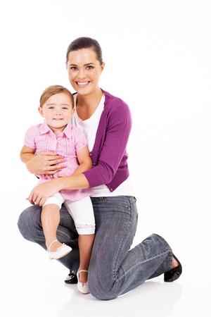 en cuclillas: madre feliz celebración de la pequeña hija