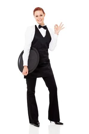 meseros: camarera linda joven que da muestra de la mano bien aislado en blanco