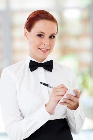 meseros: camarera bastante a tomar pedidos en el restaurante